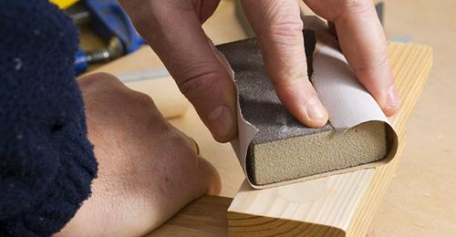 Lixar com taco de madeira