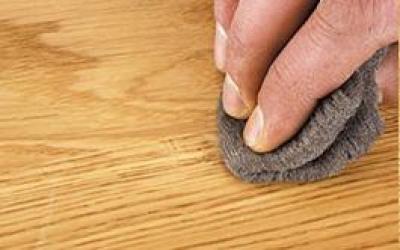Esfregar a madeira com lã de aço