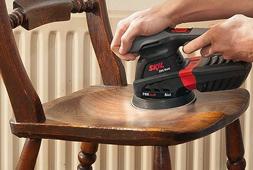 Lixar a madeira com uma lixadora eléctrica